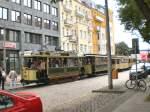 Berlin - Tw 10/26674/die-beiden-hist-strassenbahnzuege-in-der Die beiden hist. Strassenbahnzüge in der Schleife der M13 an der warschauer Strasse, Berlin Juli 2009